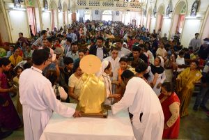 Pilgrims in line to touch the relic of St. Anthony